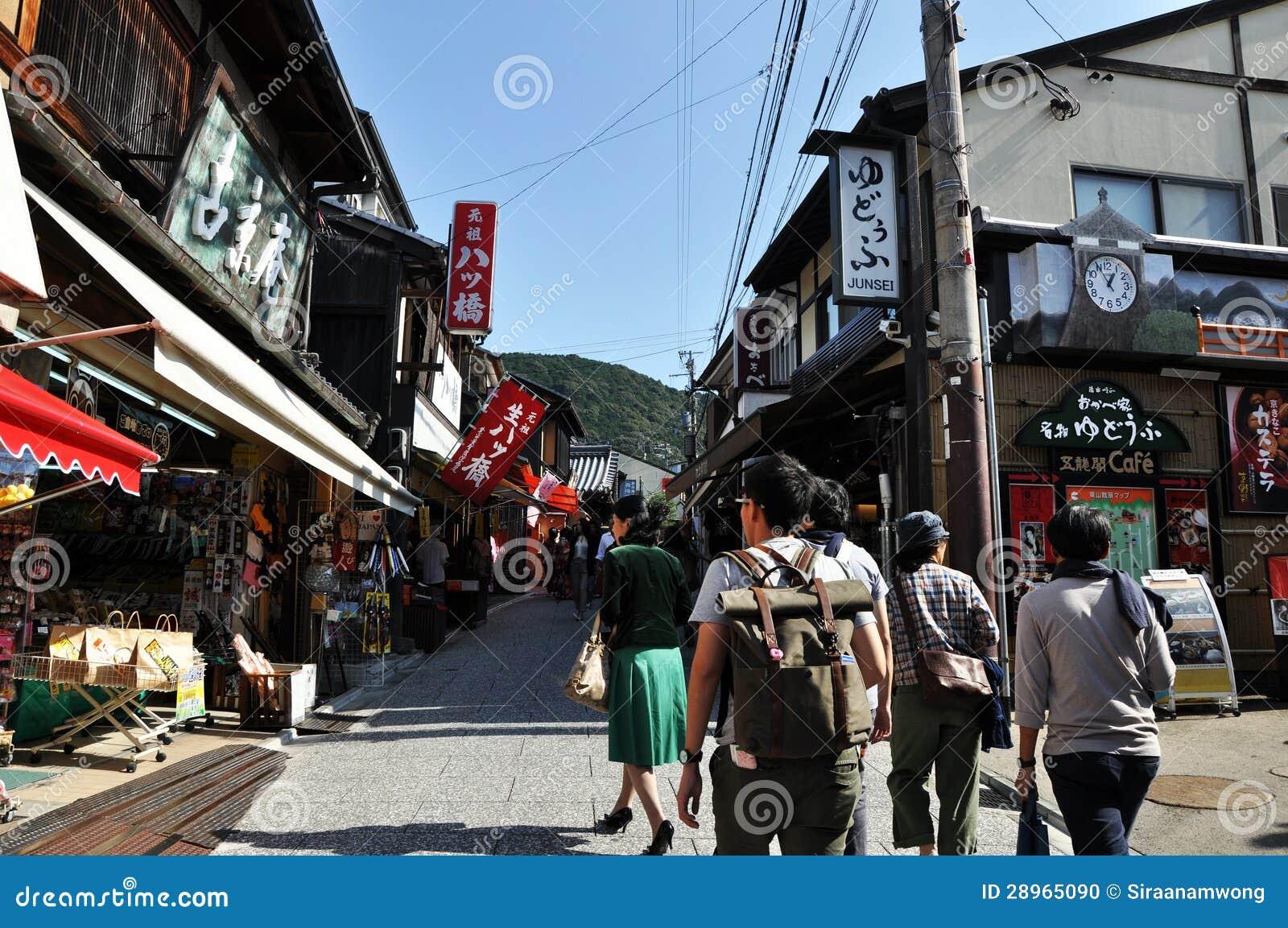 KYOTO JAPONIA, OCT, - 21 2012: Turysty spacer na ulicie prowadzi