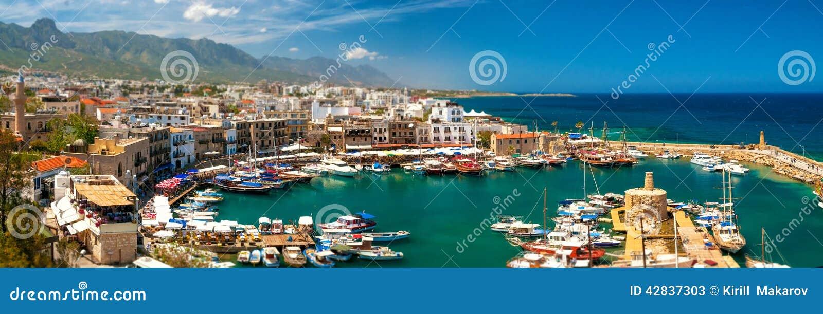 KYRENIA, КИПР - 26-ОЕ АПРЕЛЯ 2014: Гавань в Kyrenia