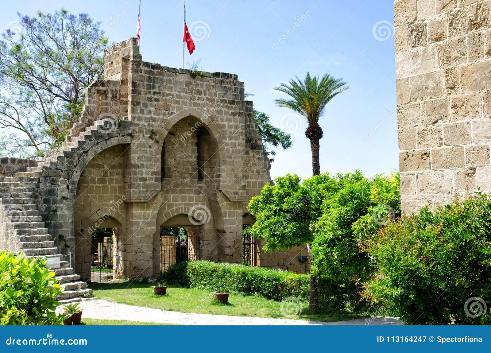 KYRENIA, КИПР - 14-ое мая 2014: Руины аббатства Bellapais в северном Кипре Аббатство Bellapais руины a