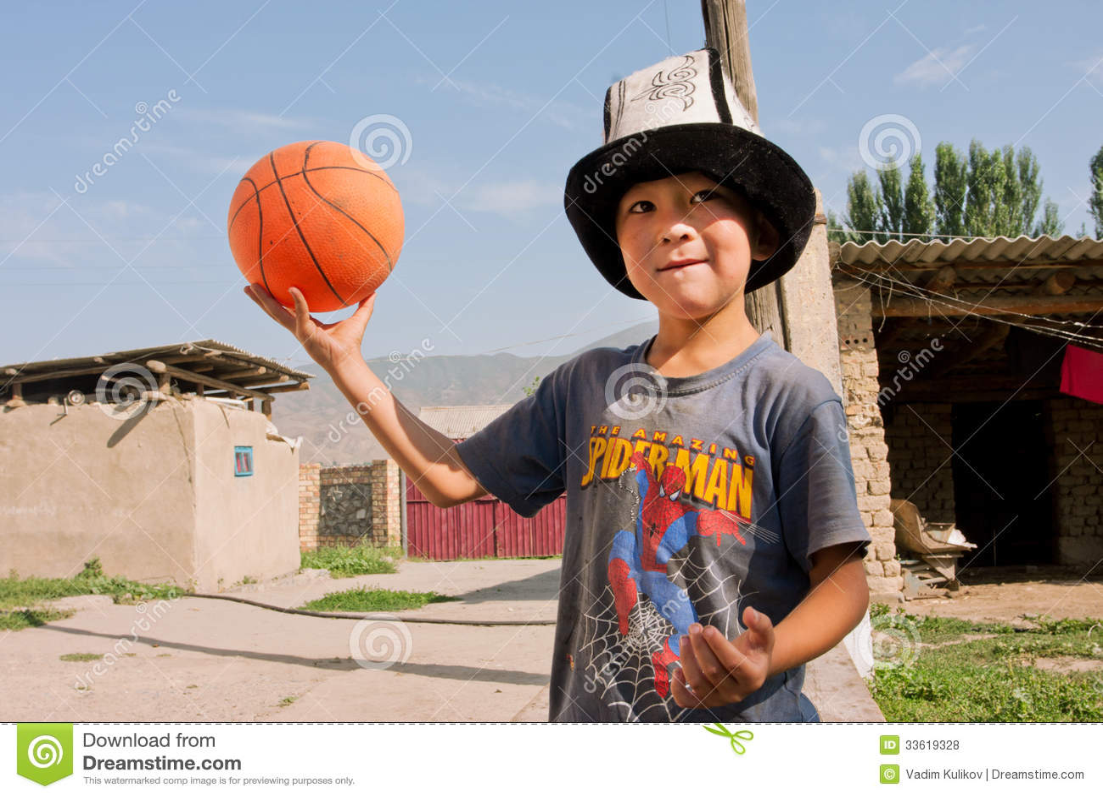KYRGYZSTAN: Kind in het nationale basketbal van hoedenspelen in een dorp