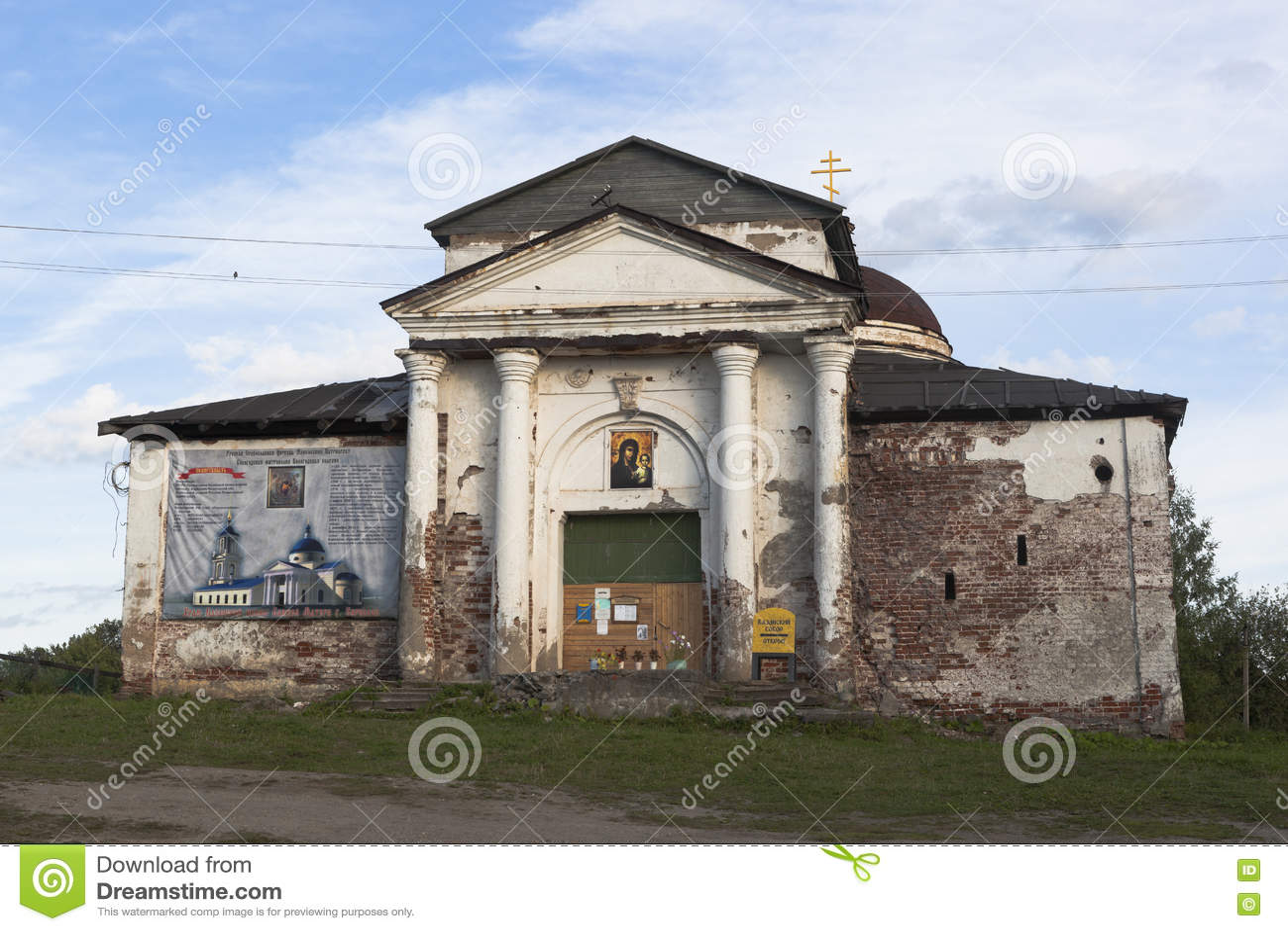 Kyrka av den Kazan symbolen av Theotokosen i staden Kirillov, Vologda region