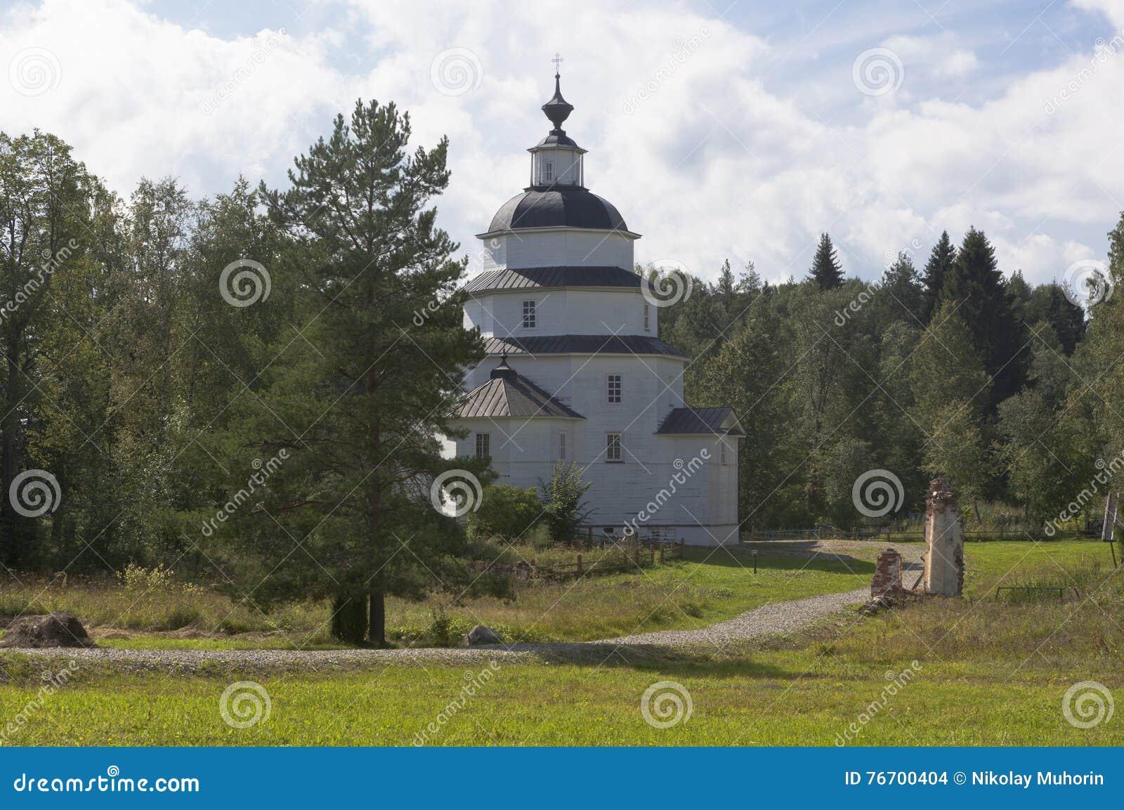 Kyrka av Elijah det Kirillov för profetTsypinskogo kyrkogård området av den Vologda regionen, Ryssland
