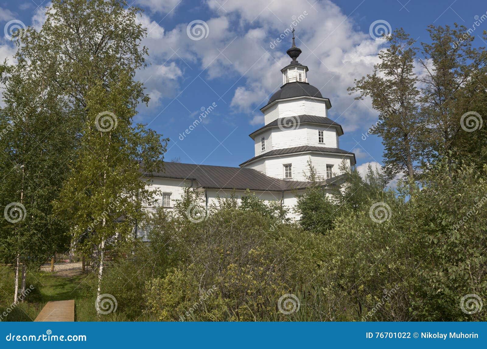 Kyrka av Elijah profeten på det kyrkogårdTsypinskom Kirillov området av den Vologda regionen, Ryssland