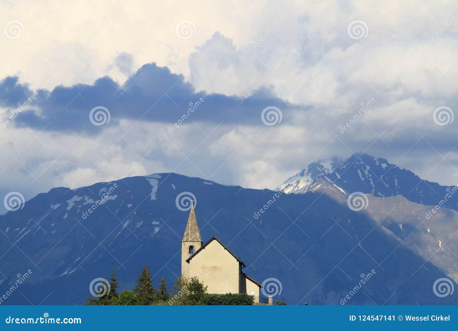Kyrka av helgonet-Apollinaire i franska Hautes-Alpes