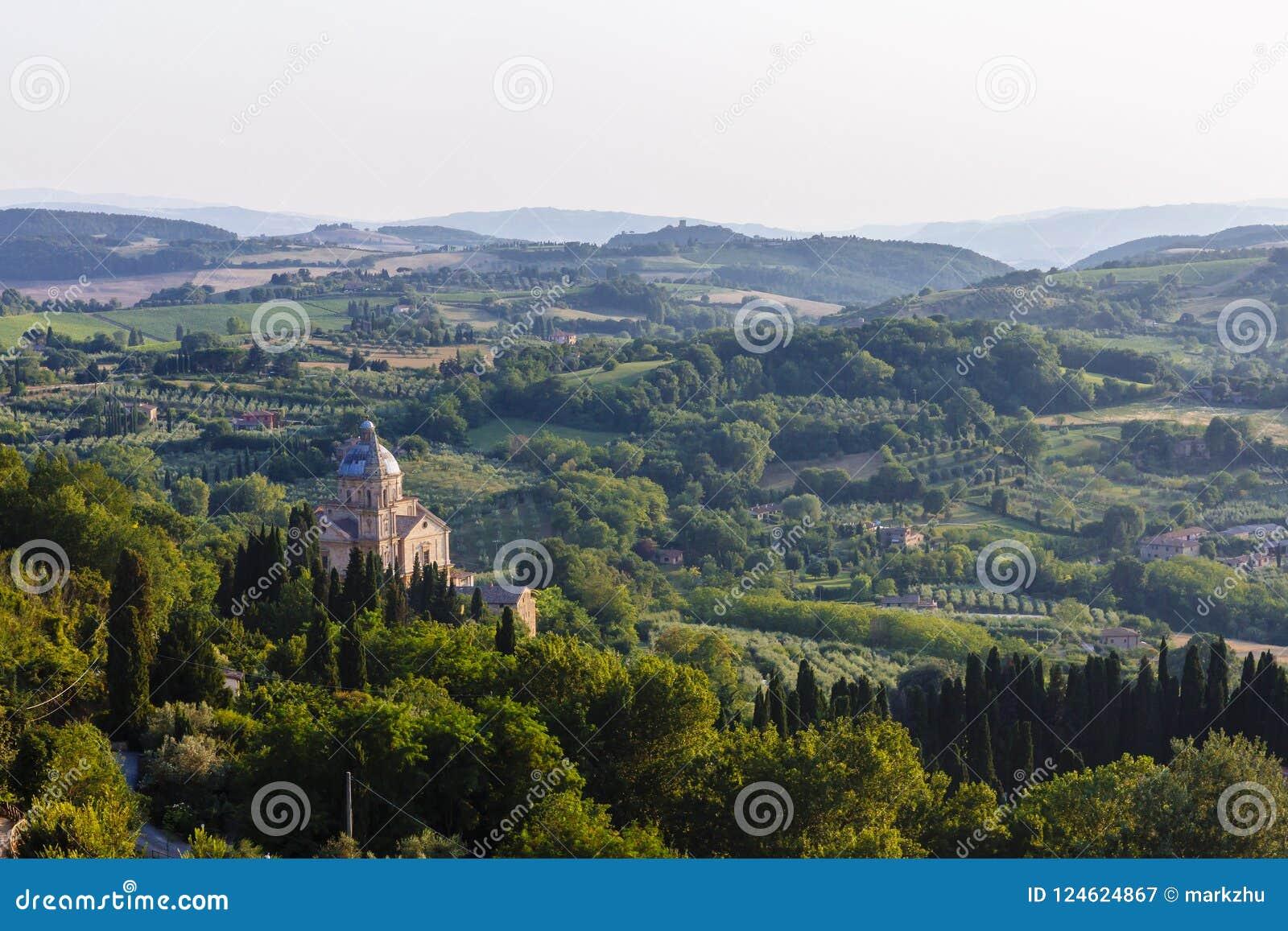 Kyrka av San Biagio och landskap nära Montepulciano, Italien