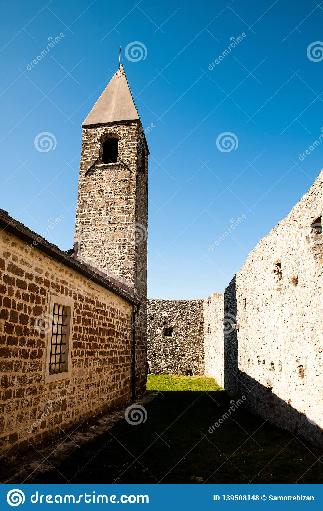 Kyrka för helig trinity och medeltida fästning i olivgrönt spår i Hrastovlje Slovenien Centraleuropa