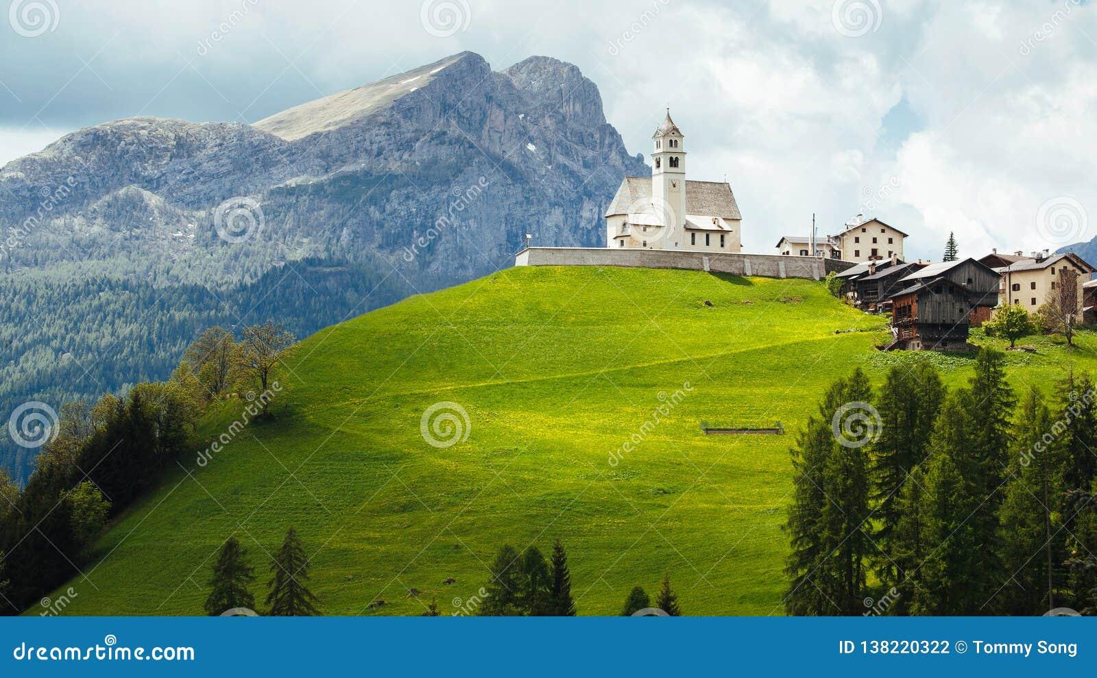Kyrka i de italienska dolomitesna