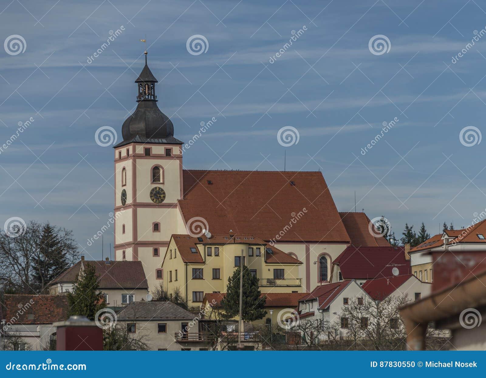 Kyrka i den Rudolfov staden nära Ceske Budejovice
