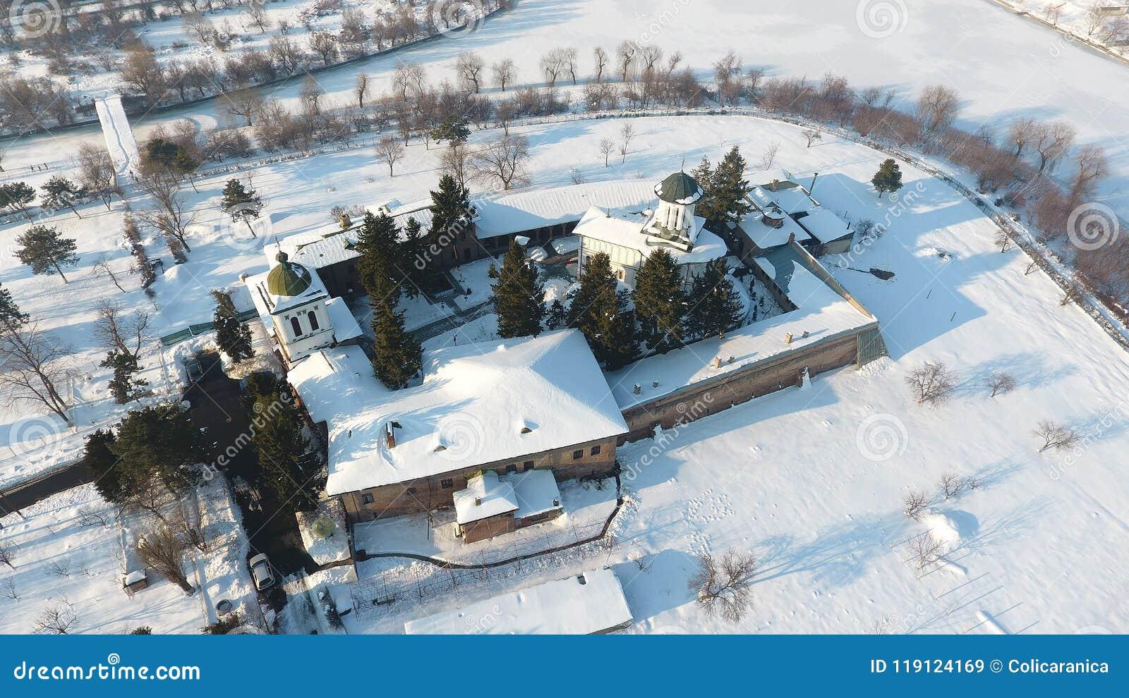 Kyrka som ses från över, snö