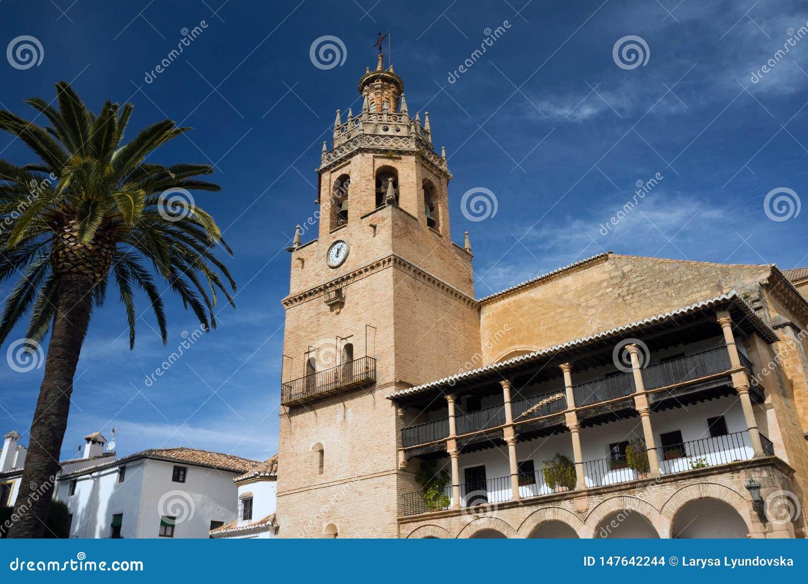 Kyrkan av St Mary är den huvudsakliga kyrkan av den spanska staden av Ronda och museet gammala stenv?ggar katten som dagen observ