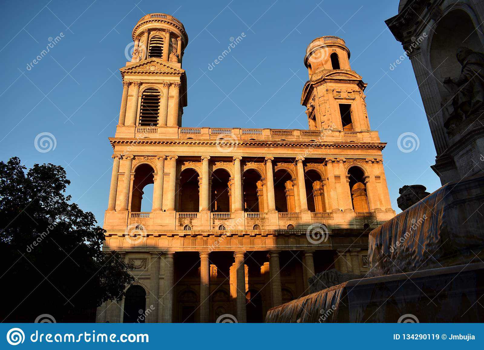 Kyrklig france paris saintsulpice Neoclassical fasad med solnedgångljus blå sky