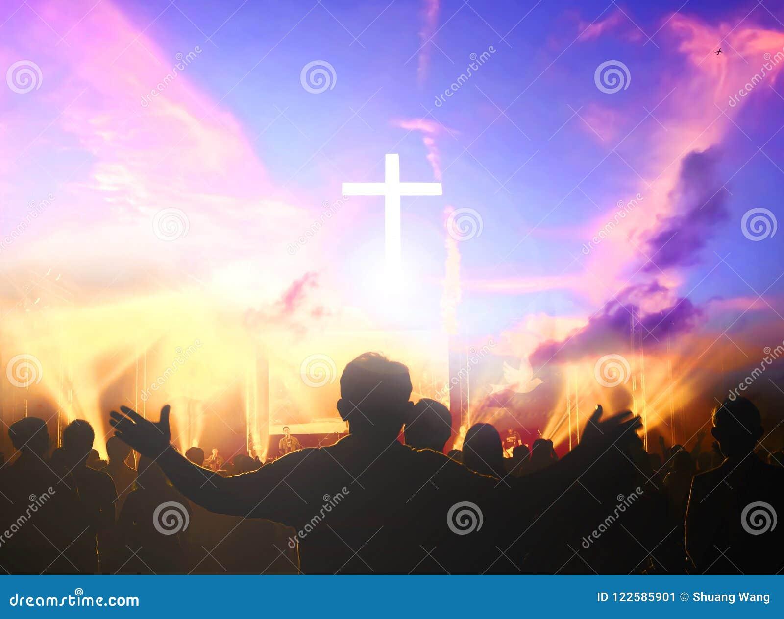 Kyrkligt dyrkanbegrepp: Kristen som lyfter deras händer i beröm och dyrkan på en nattmusikkonsert