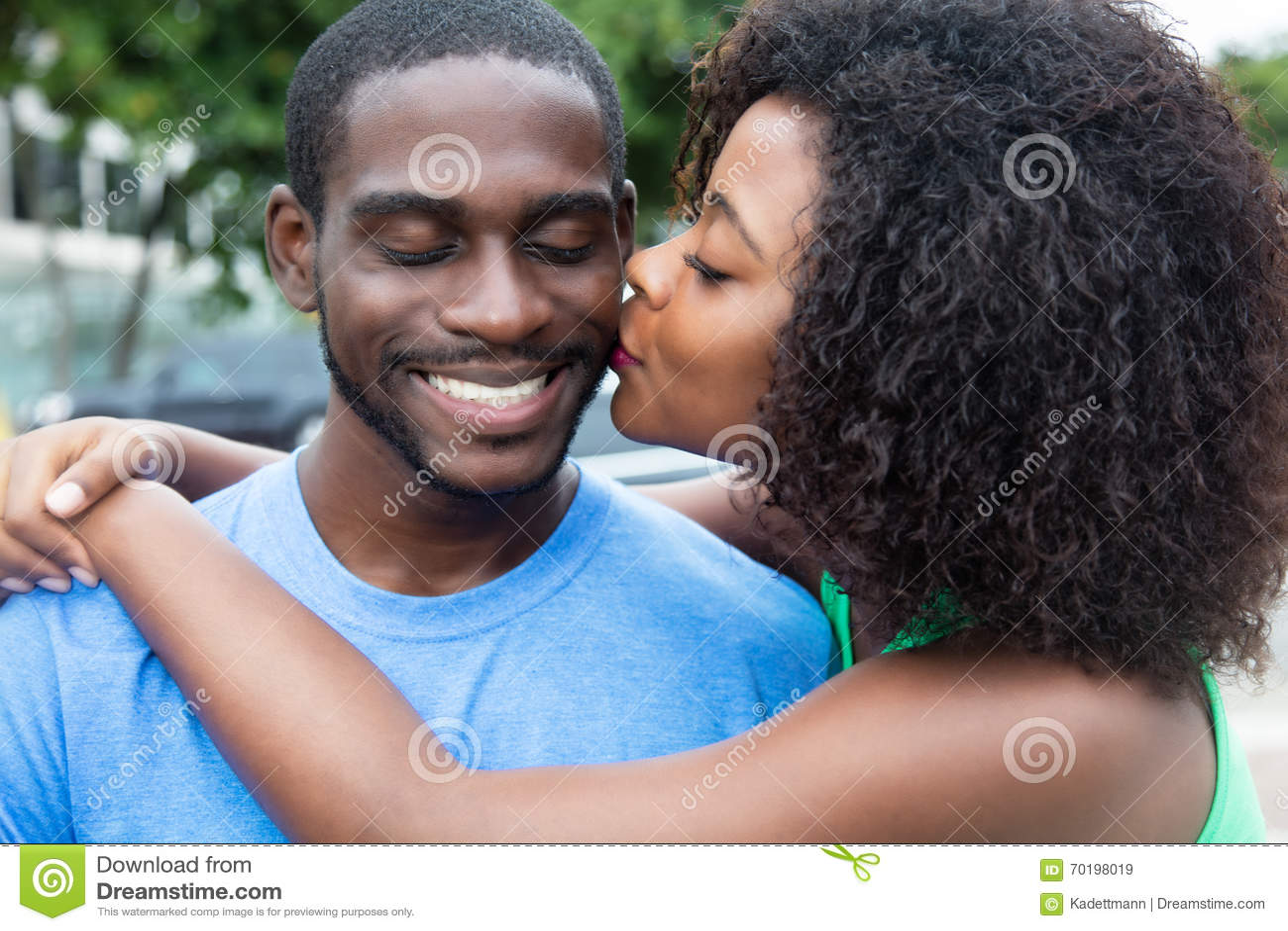 Kyssande afrikansk amerikanpar