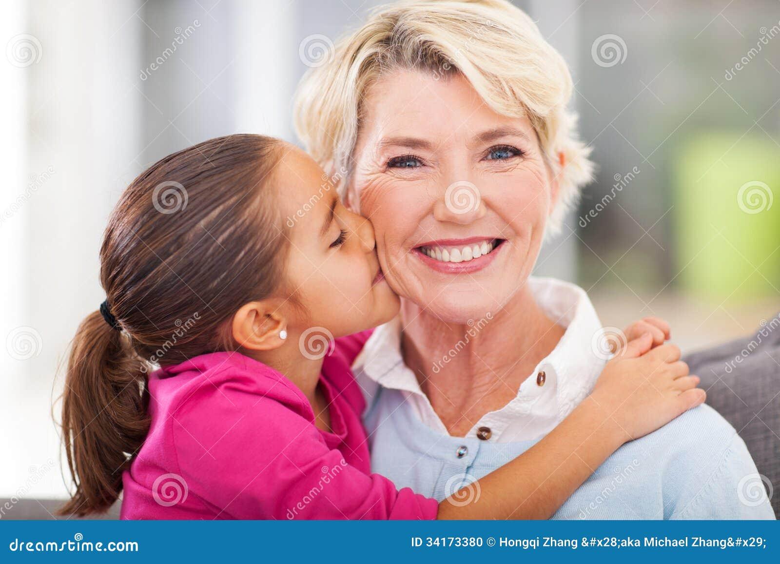 Kyssande farmor för sondotter