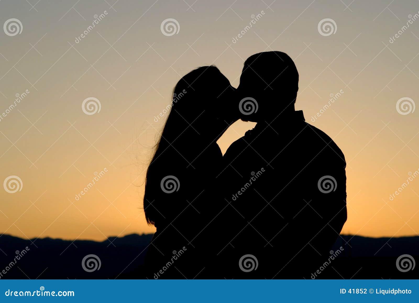 Kyssande silhouette för par