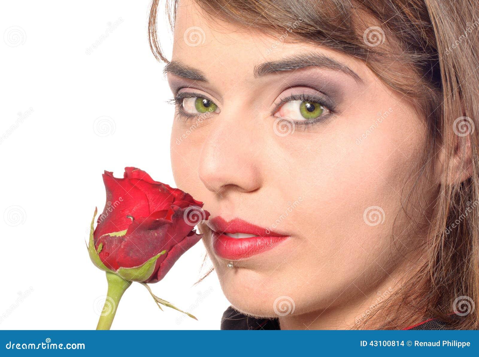 Lächelndes Mädchen kleidete in den Geruchen eines Schwarzkaps eine <b>rote Rose</b> - l%25C3%25A4chelndes-m%25C3%25A4dchen-kleidete-den-geruchen-eines-schwarzkaps-eine-rote-rose-43100814