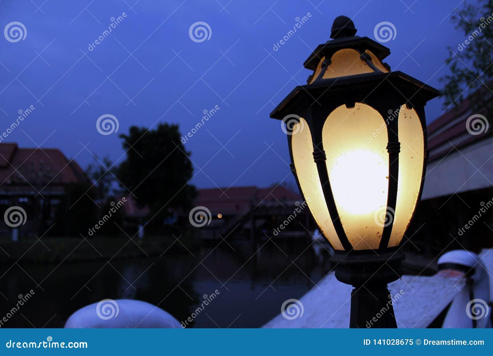 Lámpara cerca de la piscina