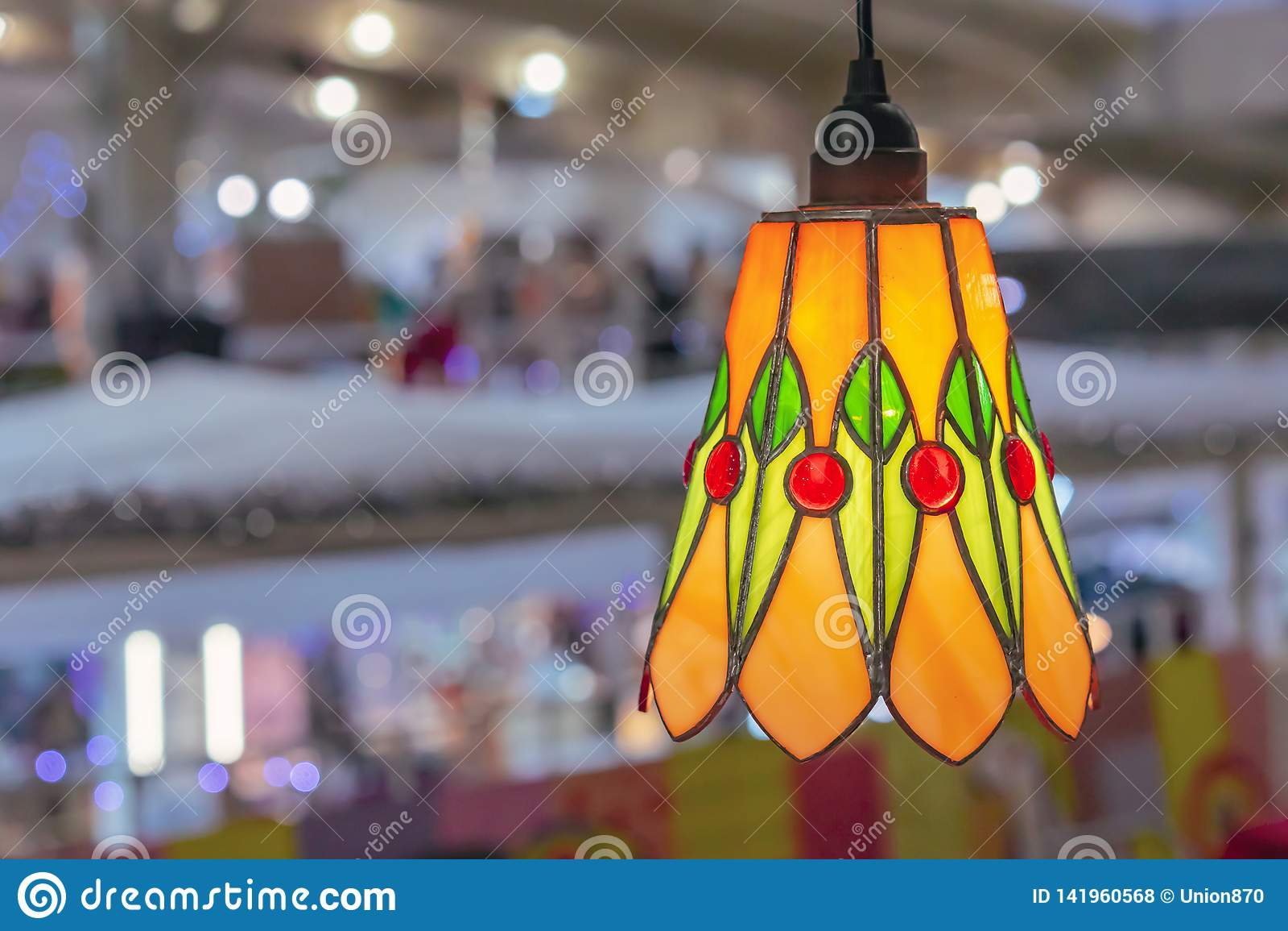 Lámpara coloreada del vitral en el interior