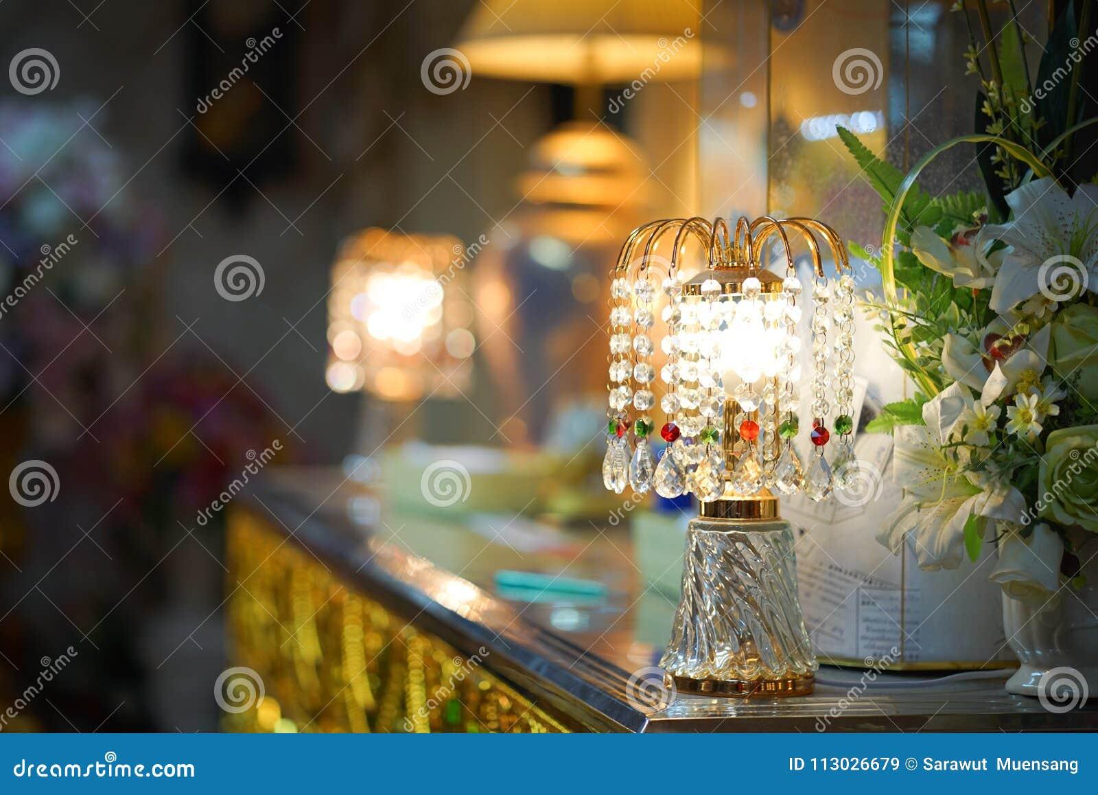 Lámpara con los colgantes cristalinos
