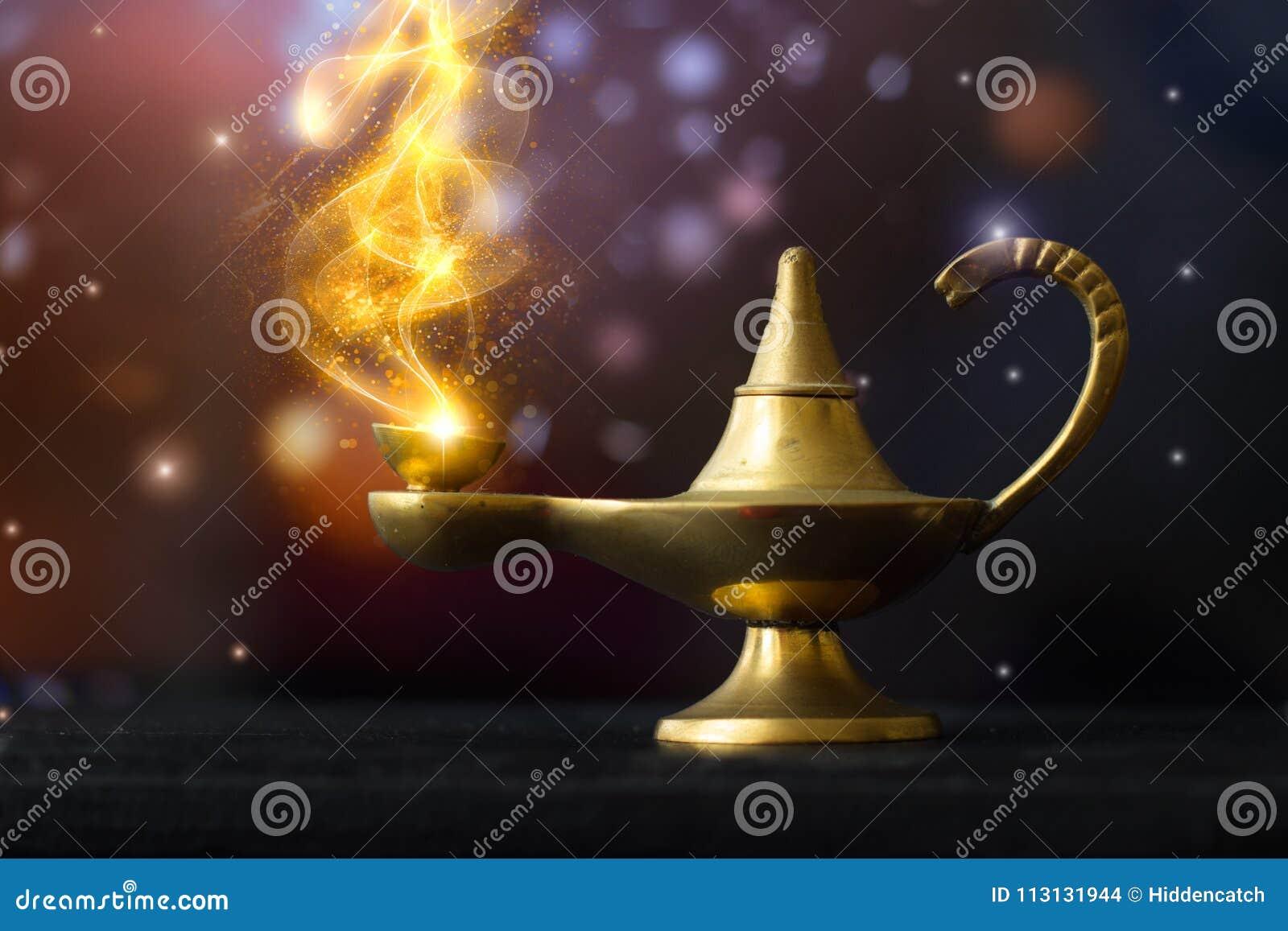 Lámpara de Aladdin mágica, con el humo reluciente de oro saliendo; mak