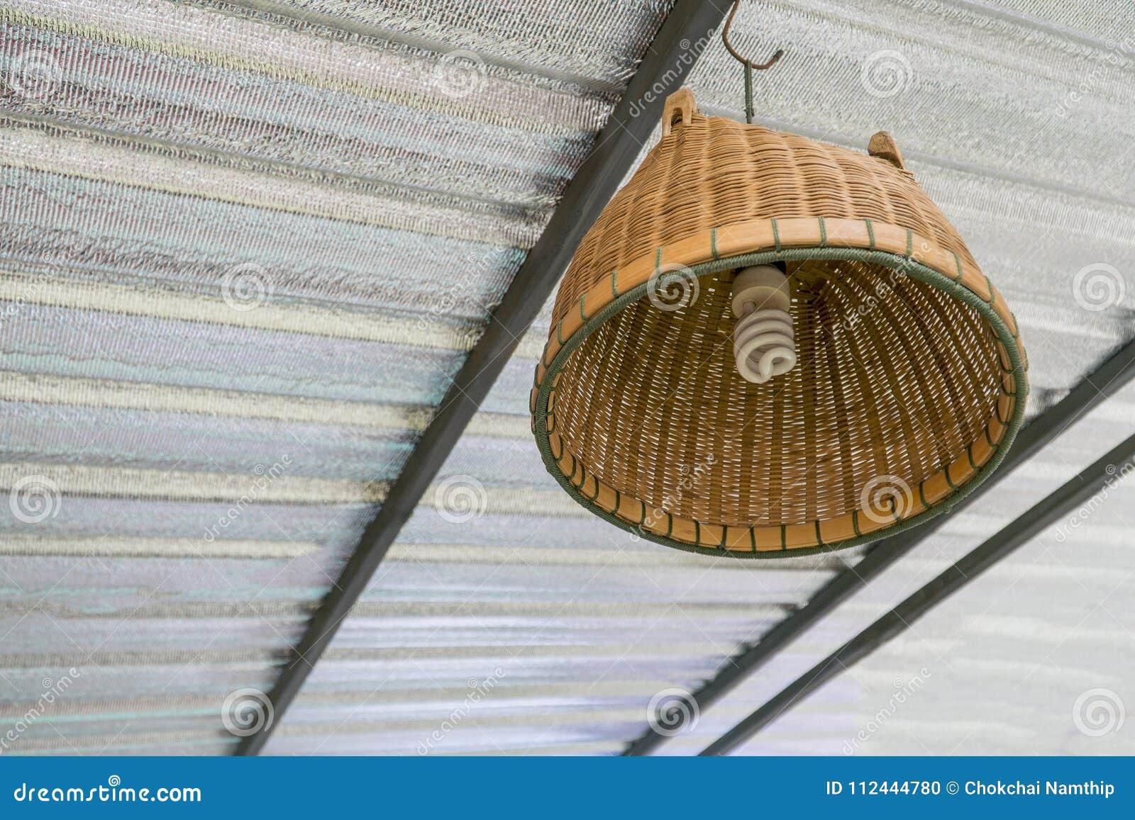 Lámpara de bambú con la lámpara espiral del bulbo debajo del tejado
