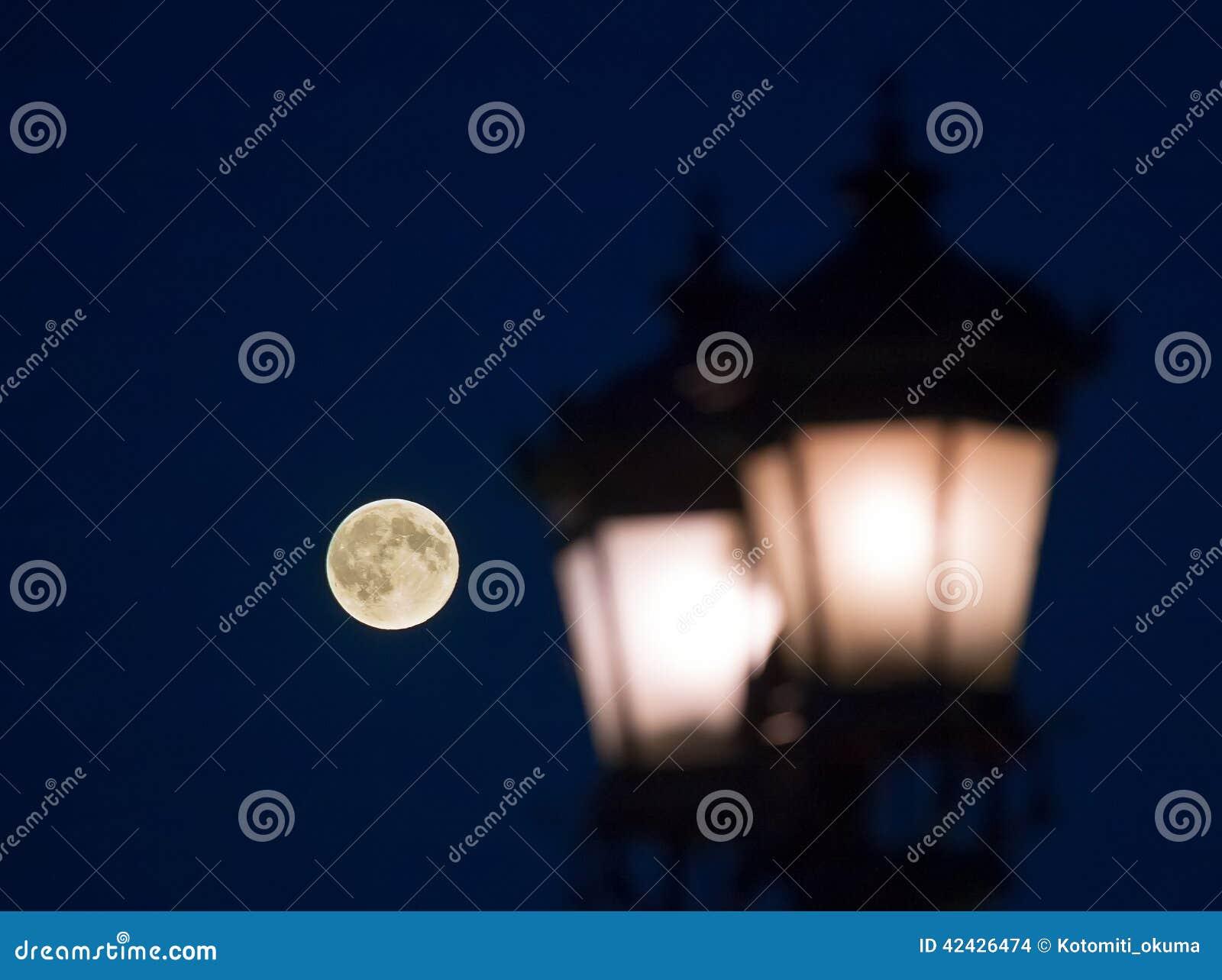 Lámpara de calle vieja contra noche de la Luna Llena