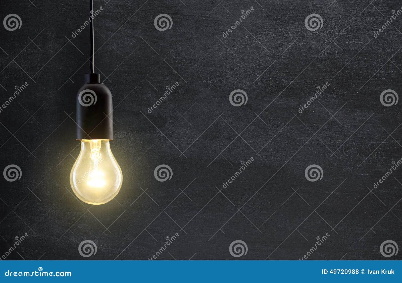 Lámpara de la bombilla en la pizarra