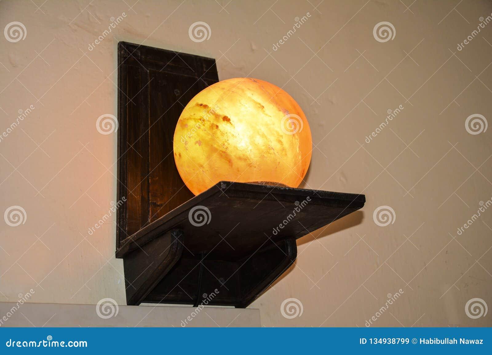 Lámpara de la sal de la bola en los soportes de un estante de madera | Sal Himalayan