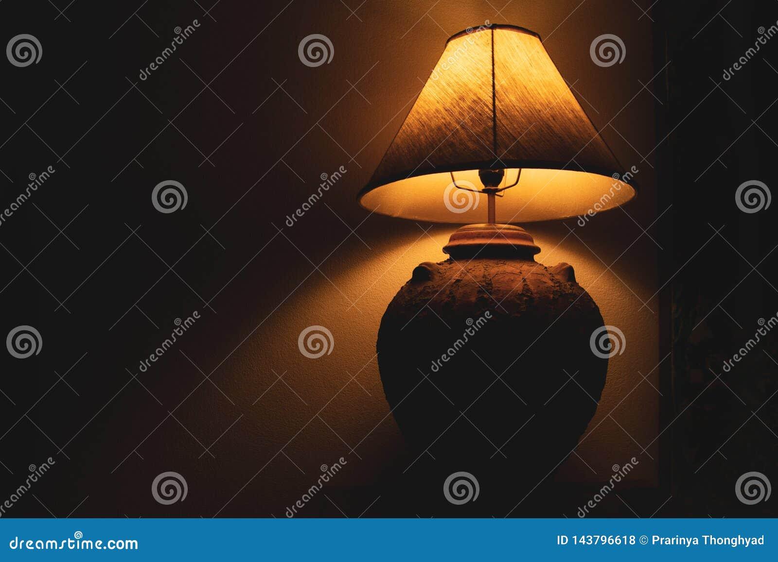 Lámpara de la sala de estar en la noche con el fondo oscuro