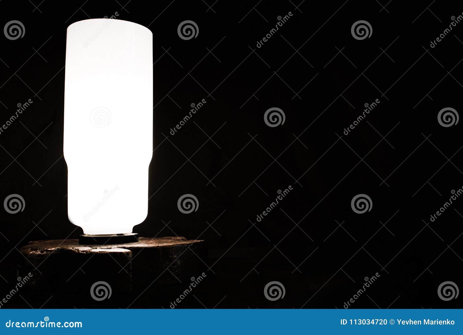 Lámpara de mesa en un fondo oscuro