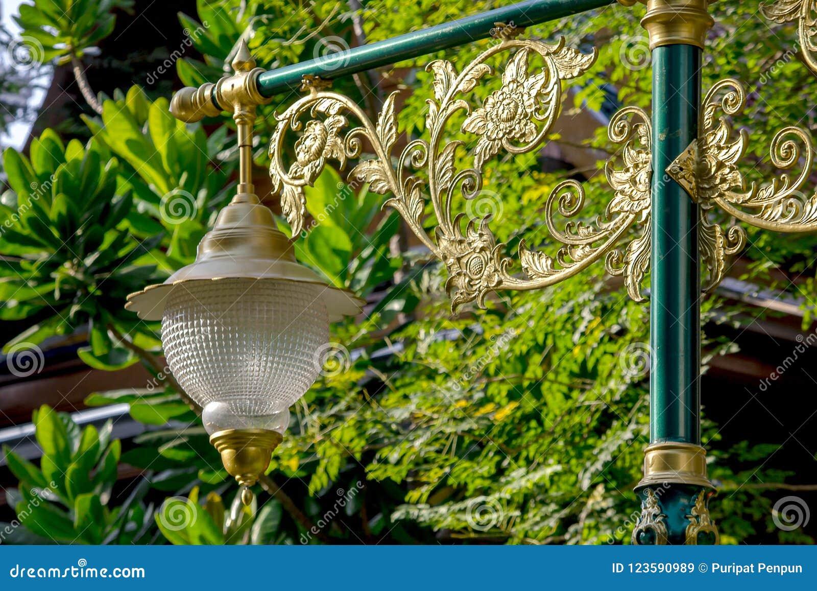 Lámpara de oro con el modelo tailandés