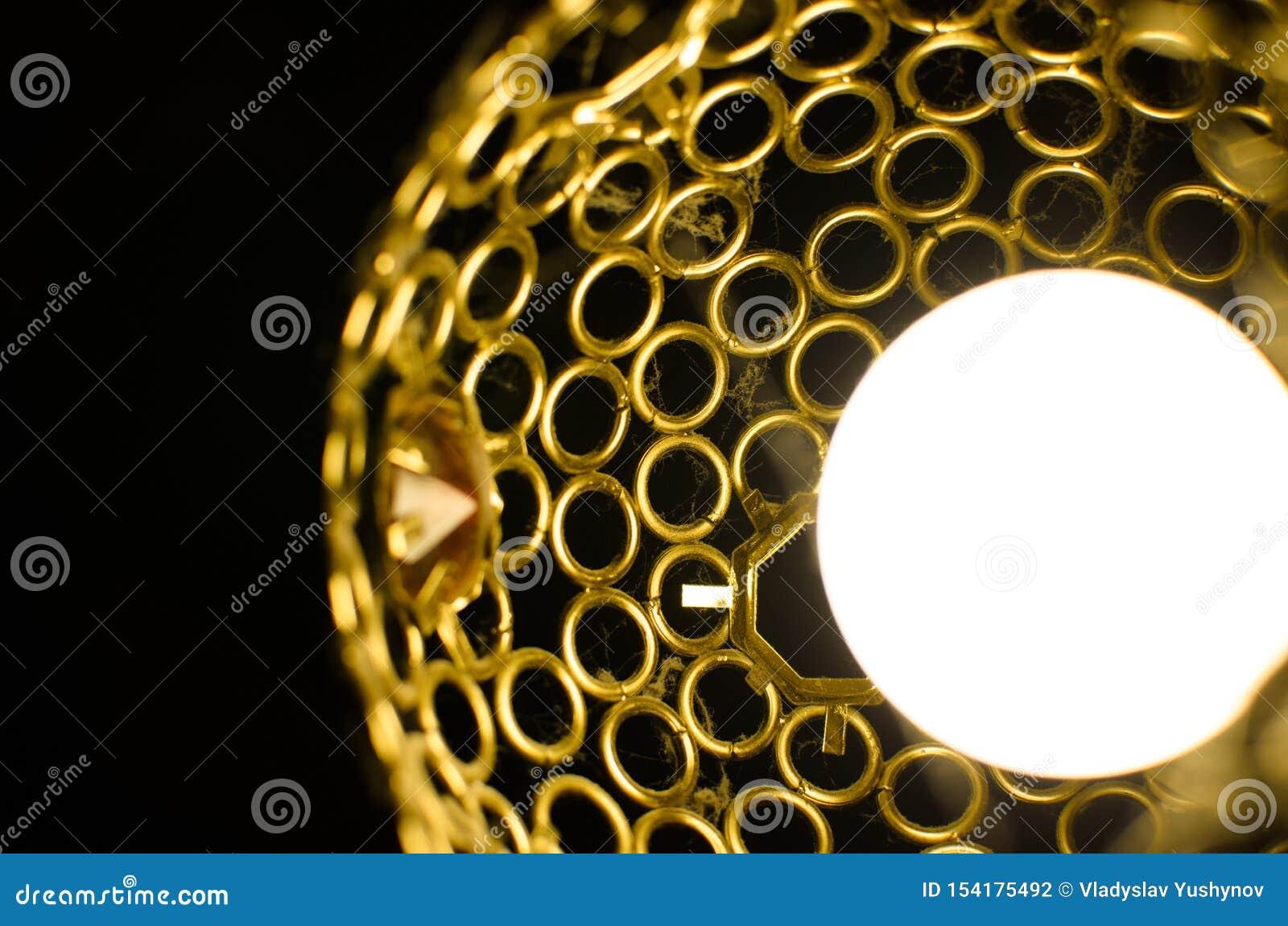 Lámpara de trabajo cerca de telarañas y de barras de hierro del polvo
