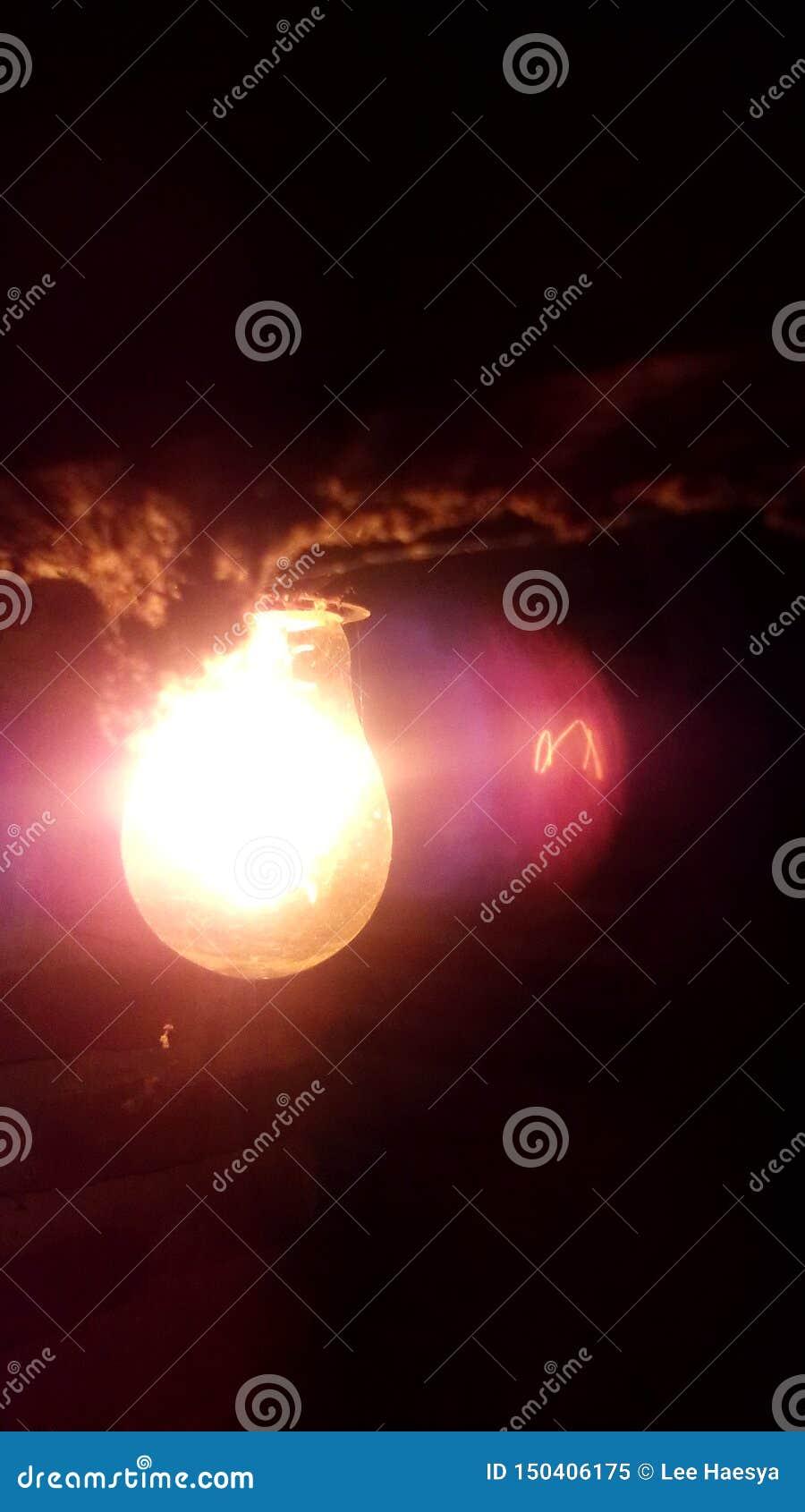 Lámpara del oro en la oscuridad