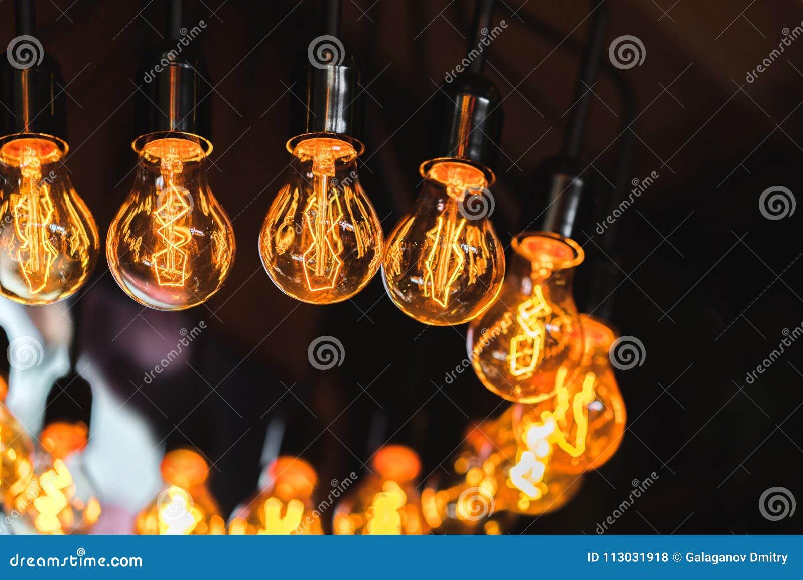 Lámpara en el estilo del desván, muchas lámparas incandescentes del ` s de Edison con los filamentos modelados del tungsteno como