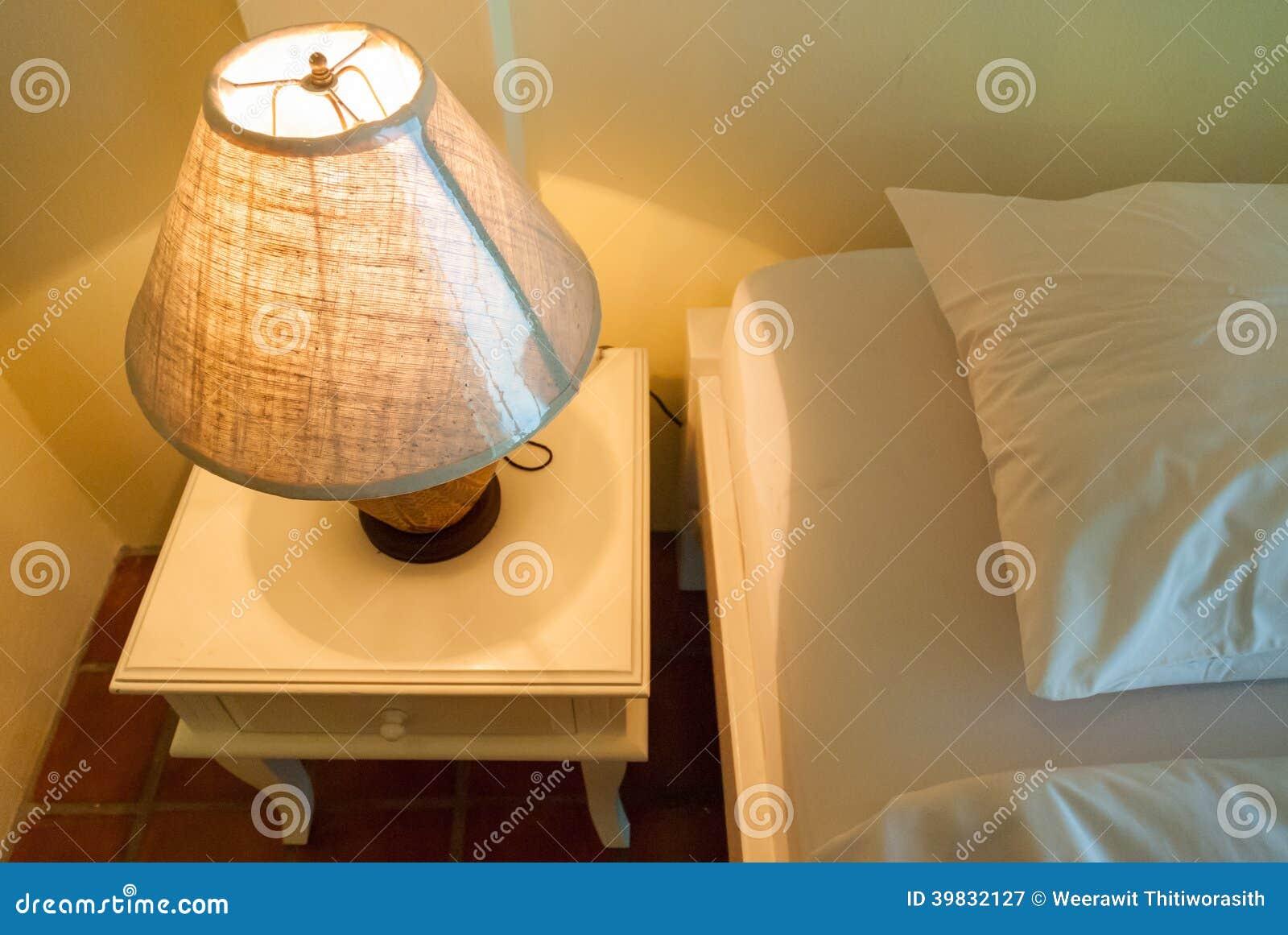 Lámpara En Una Tabla De Noche Al Lado De Una Cama Imagen de archivo ...
