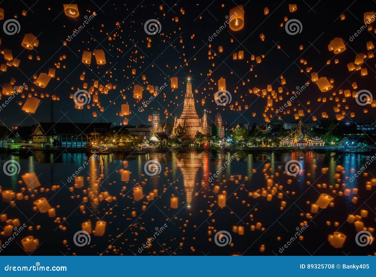 Lámpara flotante en el festival de peng del yee en el arun del wat, Bangkok