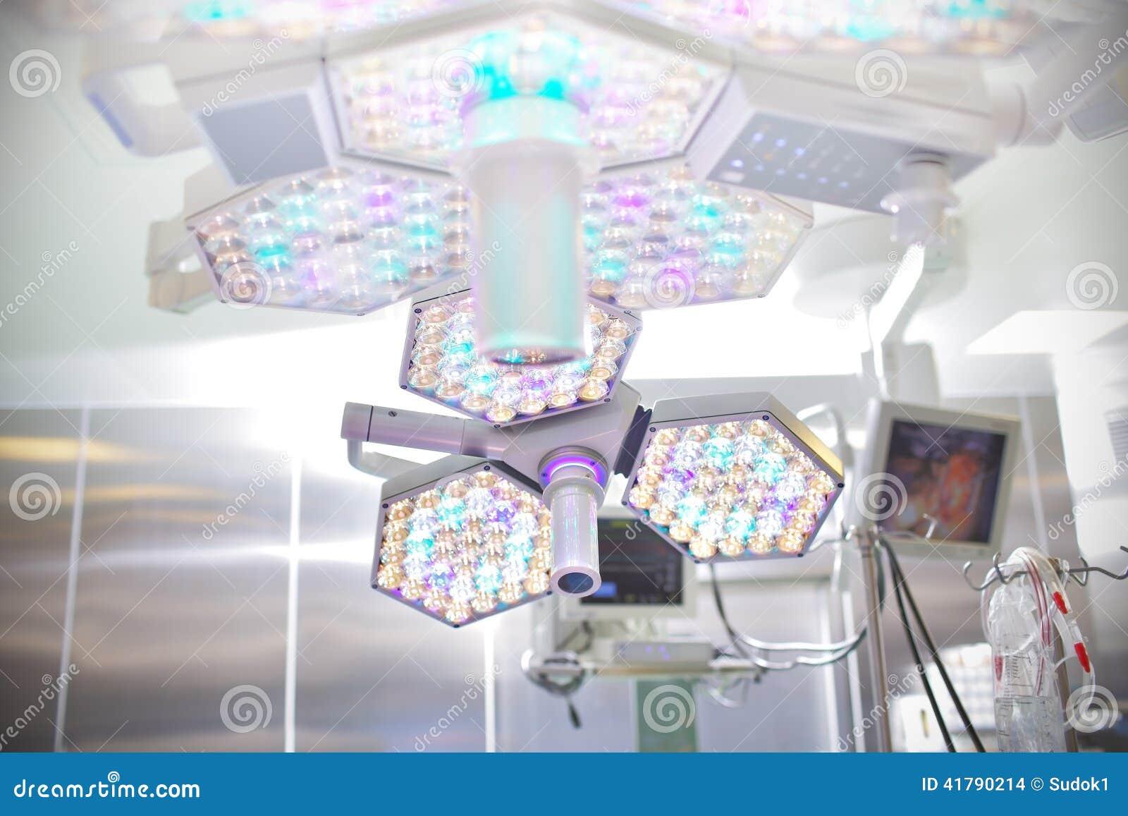 Lámpara quirúrgica en sala de operaciones