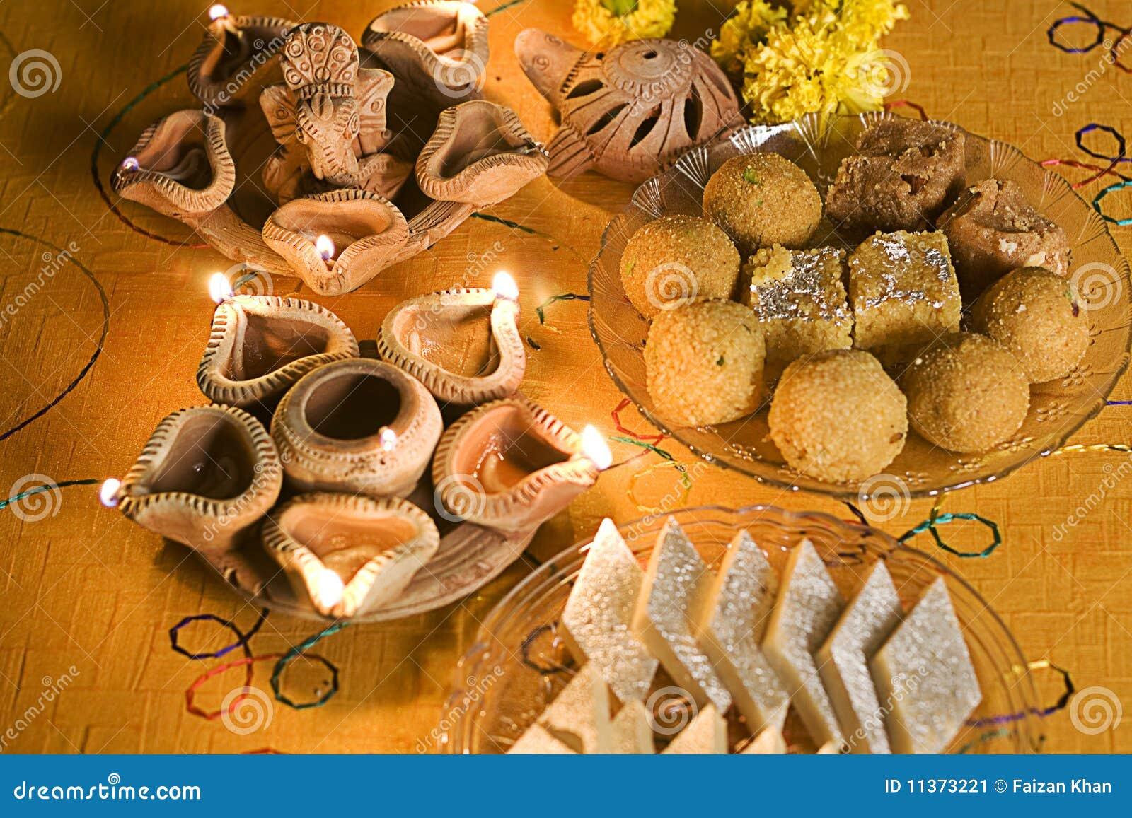 Lámparas de Diwali con los dulces indios (mithai)