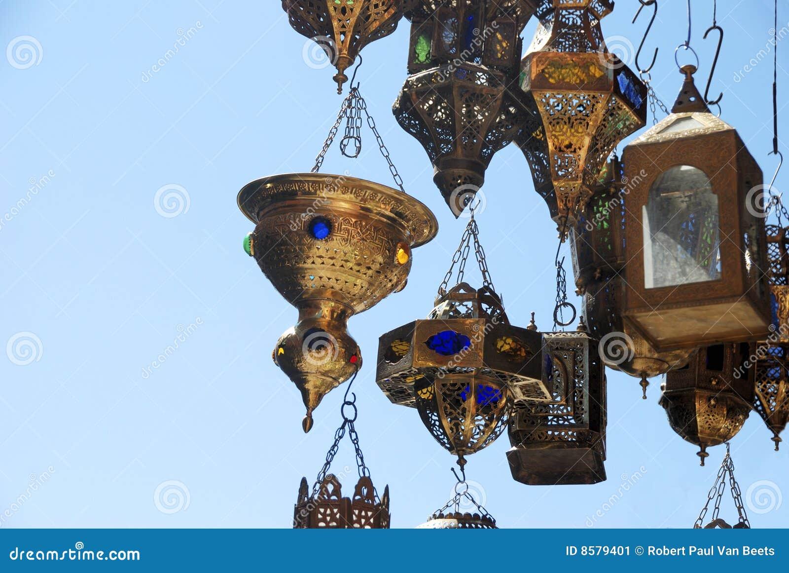 lmparas en un almacn en marrakesh marruecos imagen de archivo