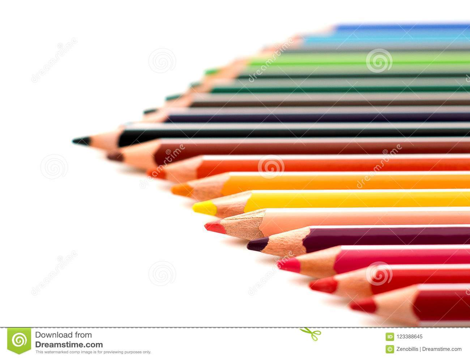 Lápices afilados coloreados cerca encima de aislado en el fondo blanco Sistema del dibujo de la escuela Colección multicolora de