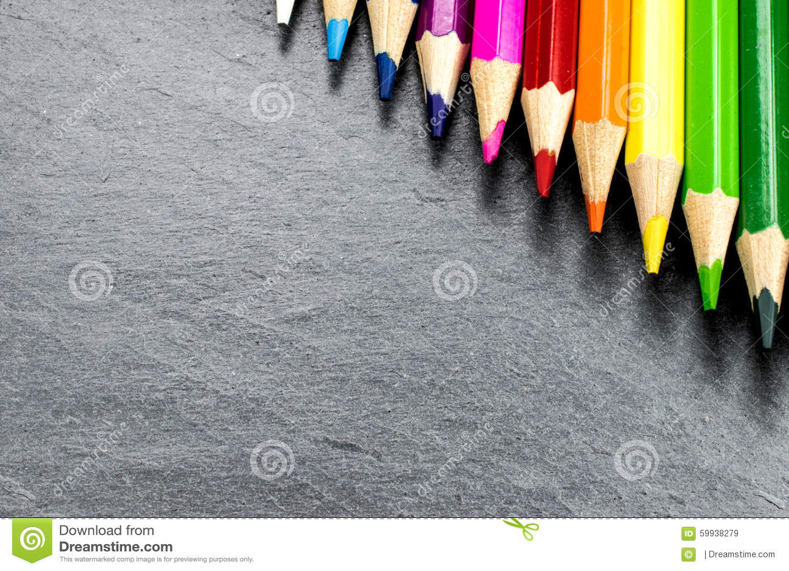 Lápices coloreados en pizarra
