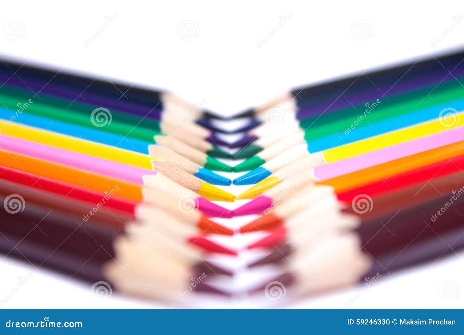 Lápices coloreados en un fondo aislado