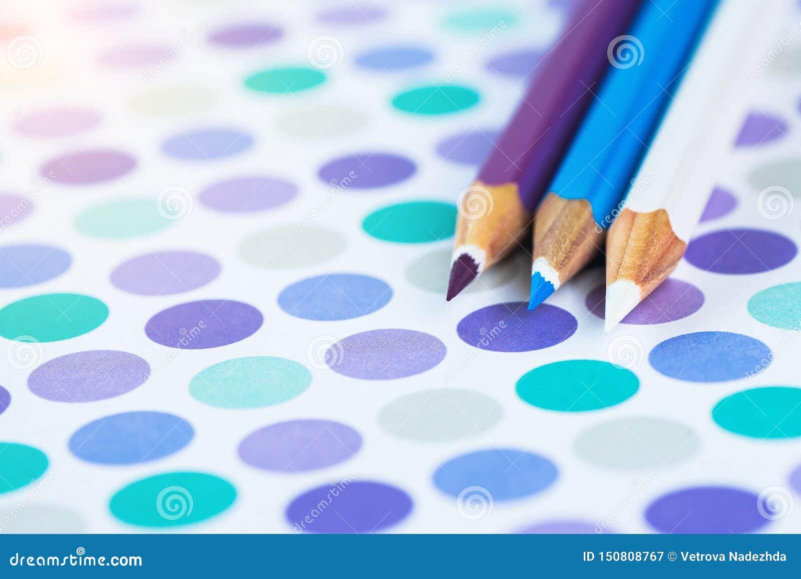 Lápices coloreados en un fondo en colores pastel a un punto con el espacio para el texto