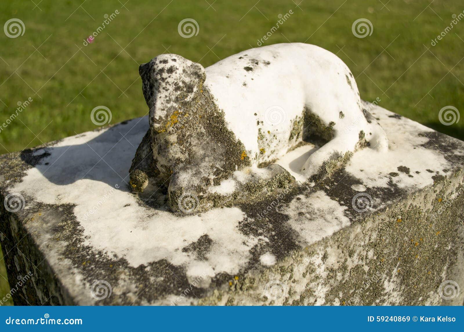 Download Lápida Mortuaria Vieja Del Monumento Del Cordero De La Piedra Caliza Imagen de archivo - Imagen de gravestone, carving: 59240869