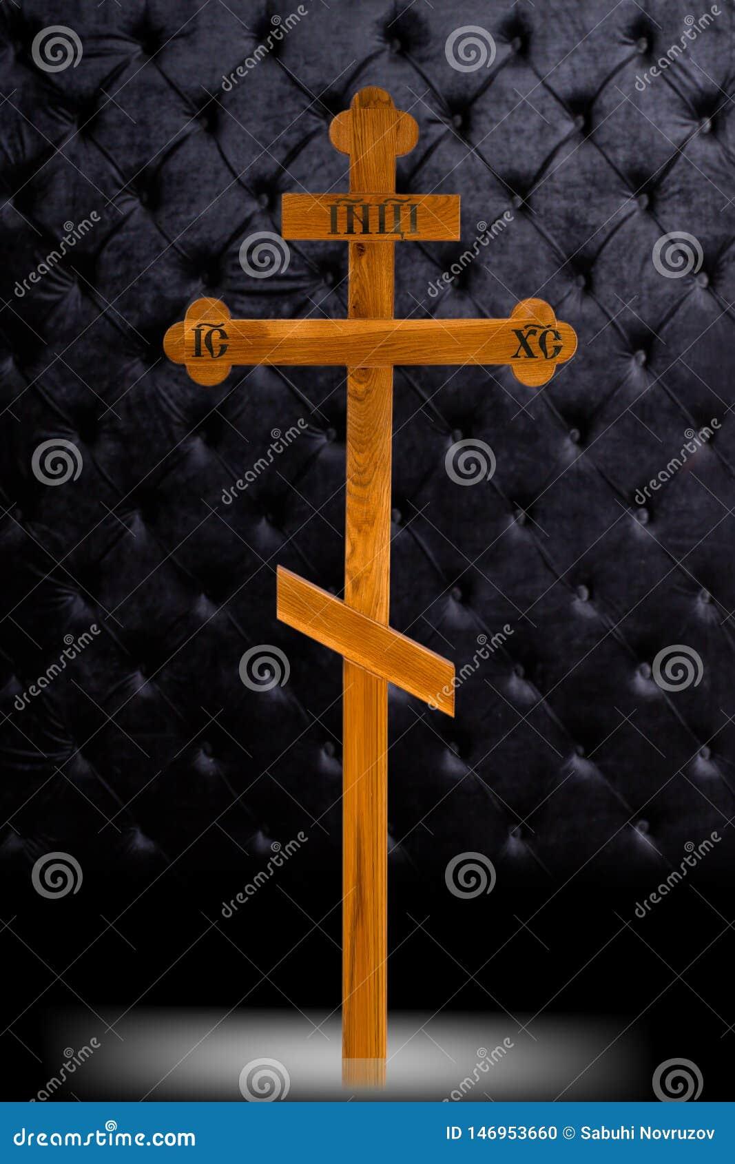 Lápide de madeira da cruz de Brown isolada no fundo luxuoso escuro