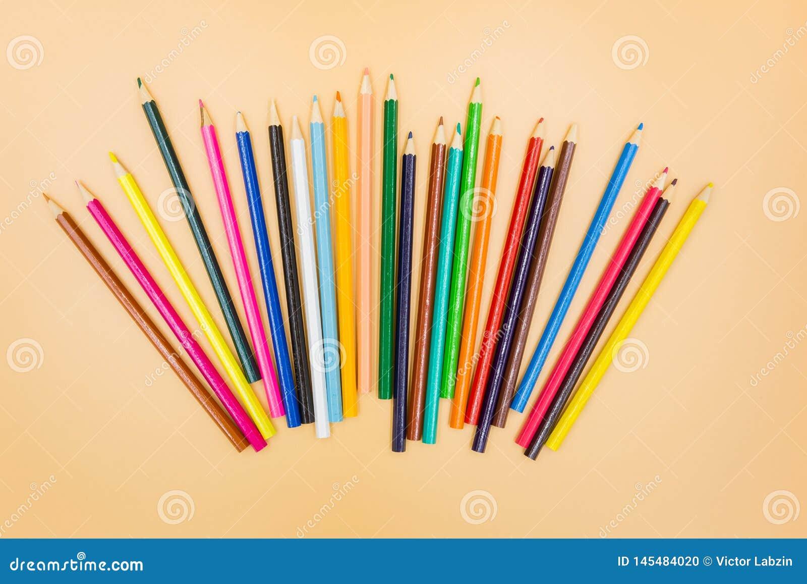 Lápis coloridos em um fundo bege