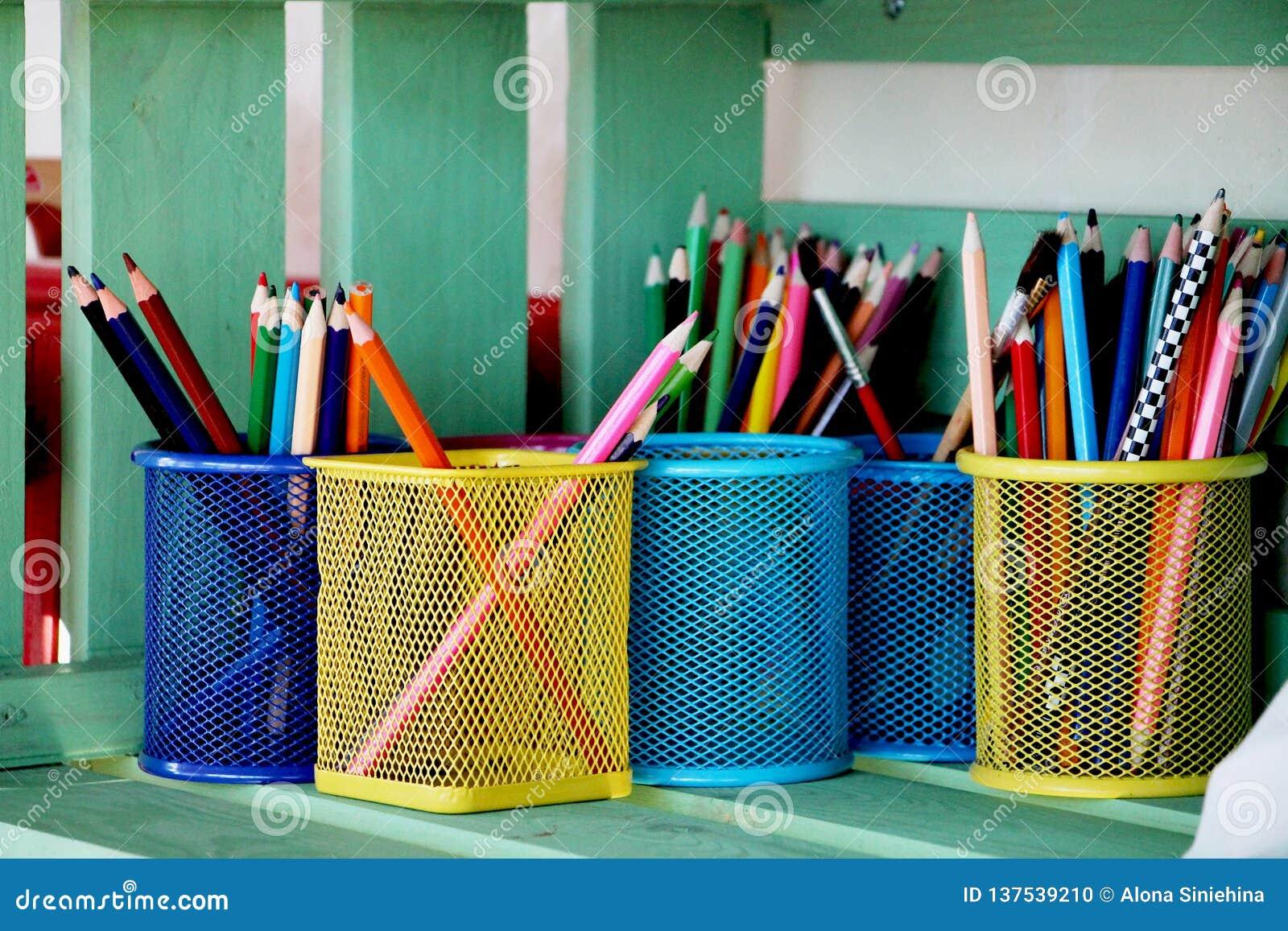Lápis coloridos em um suporte de copo