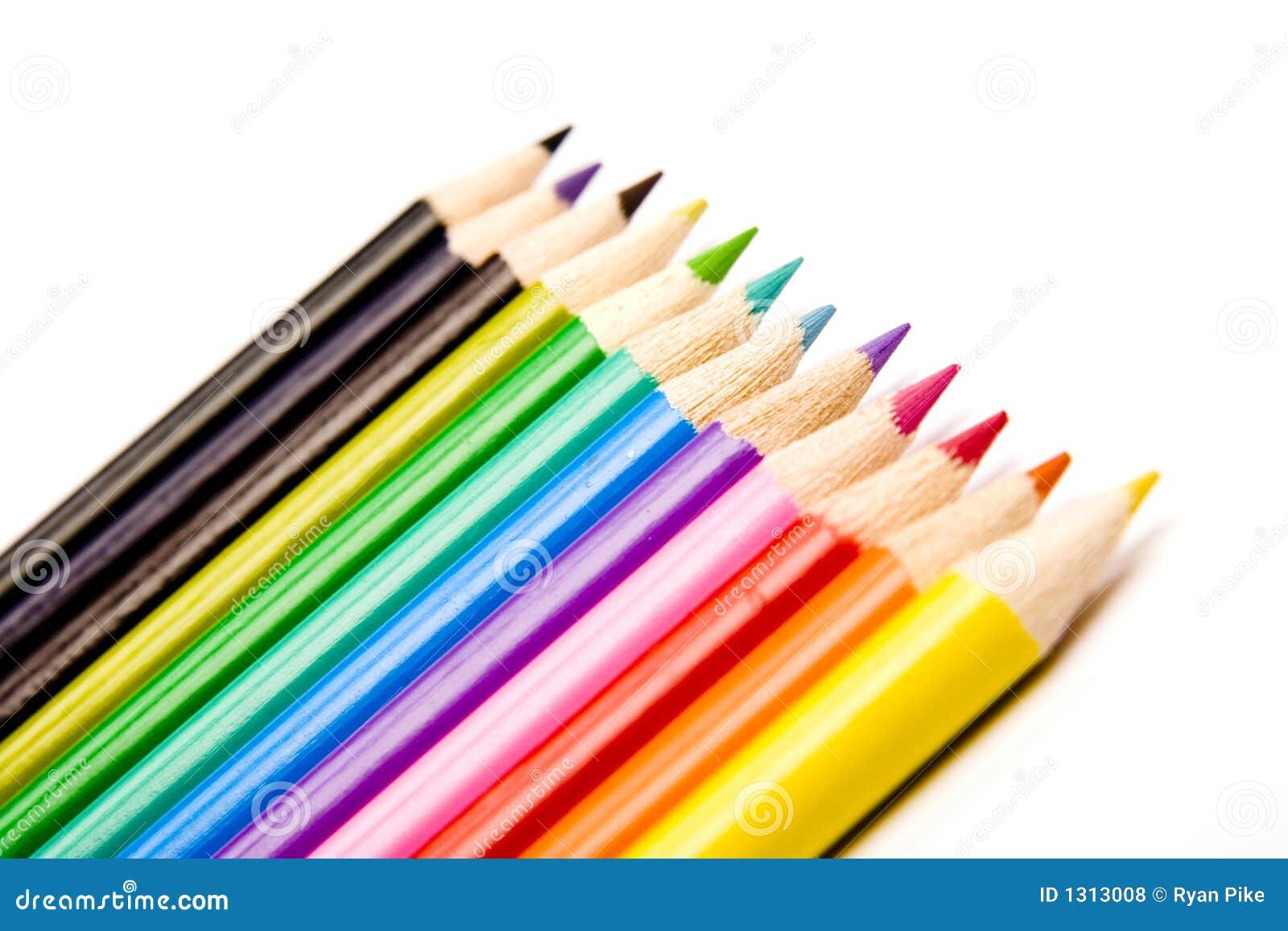 Lápis coloridos em uma linha