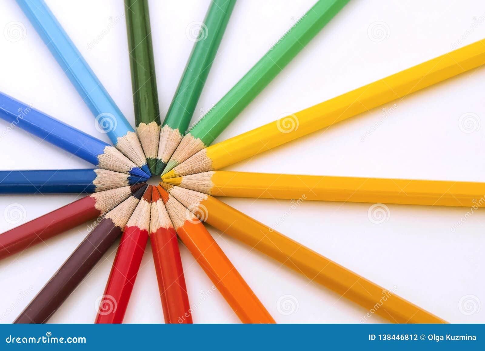 Lápis coloridos no cirle Fim acima