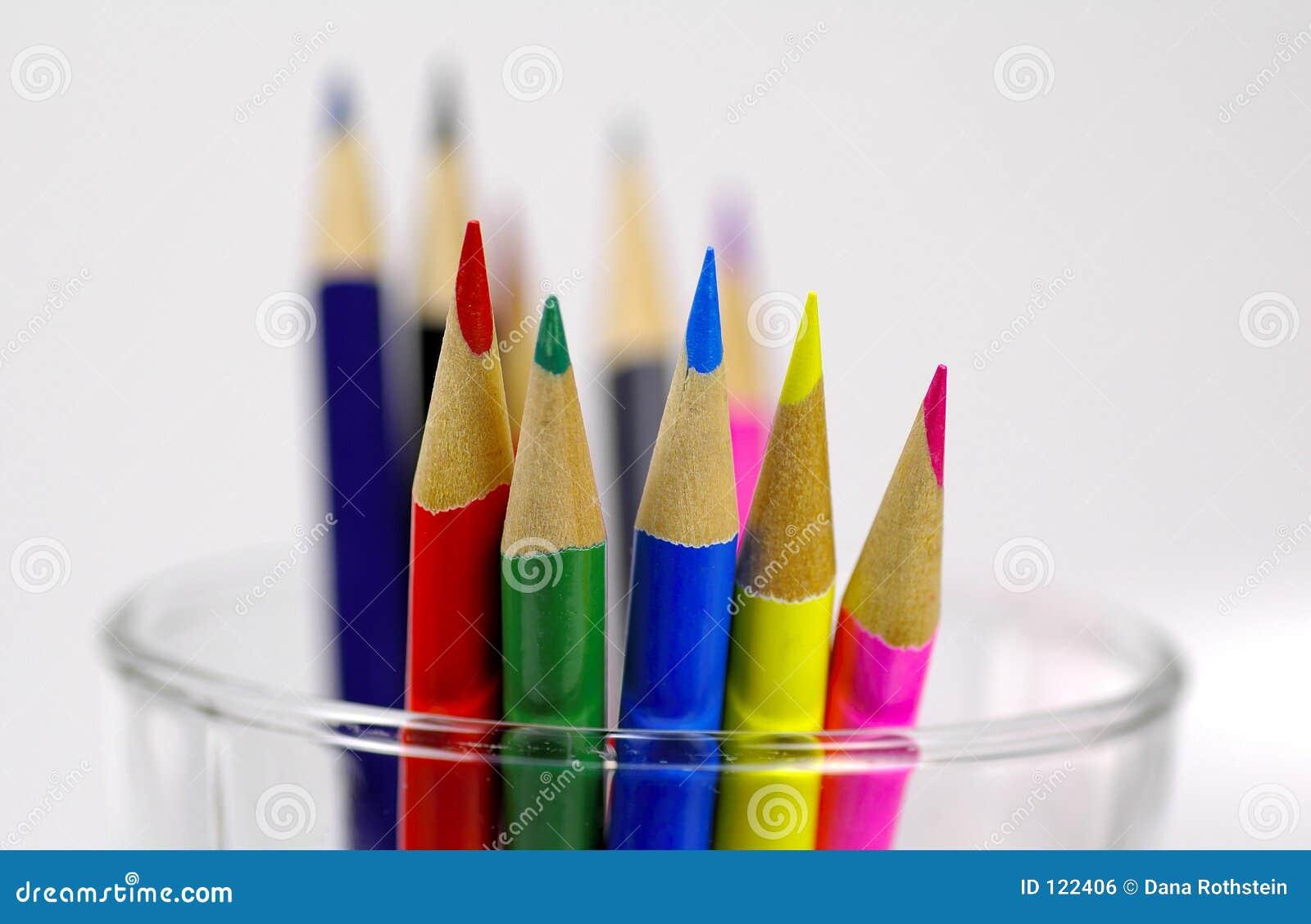 Lápis coloridos no copo
